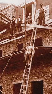 Dachdeckerei Hartenstein auf einem alten Gerüst